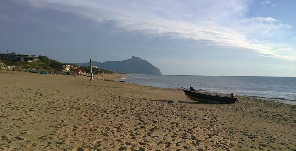 Matrimonio Spiaggia Sabaudia : Assaggio di primavera sulla spiaggia sabaudia luna