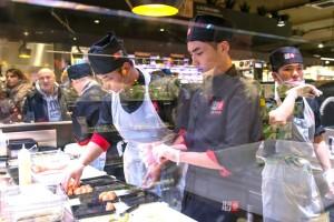 cuochi al lavoro nel corner Sushi