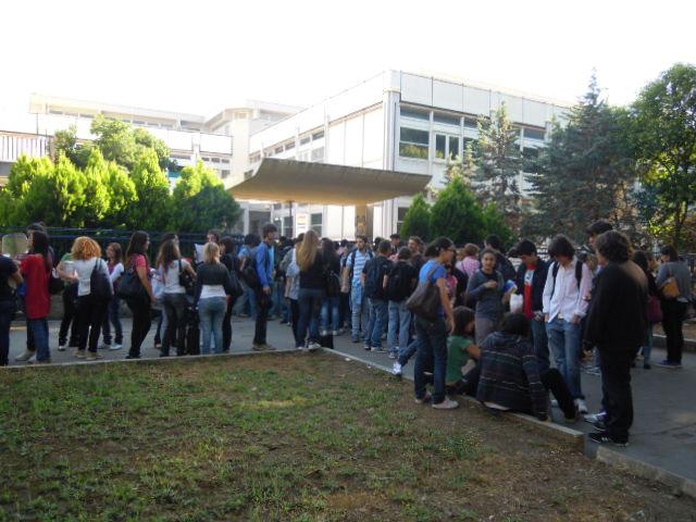 Studenti fuori dal Liceo classico di Latina