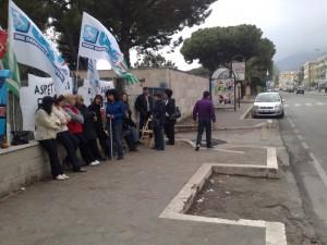 Lavoratori in protesta fuori dalla clinica Sorriso sul mare