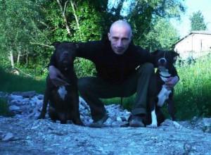 Matteo Vaccaro in una foto con i suoi cani