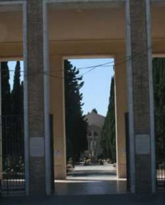 L'ingresso del cimitero di Latina