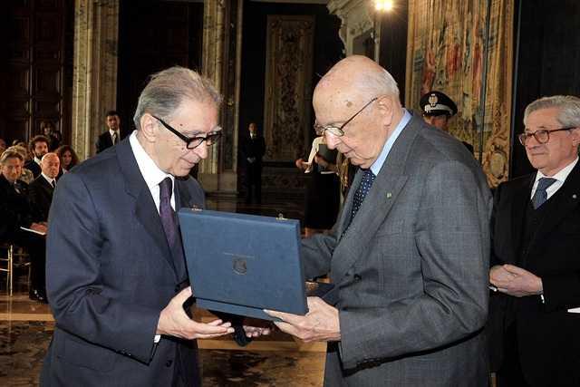 Il presidente della Repubblica consegna il premio al Presidente del Campus