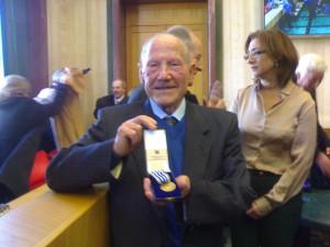 """Cosmo Coccoluto mostra la medaglia ricevuta: """"E' la cosa più bella della mia vita"""", ha detto l'anziano di Gaeta"""