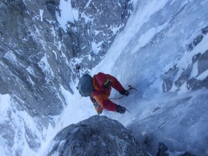 daniele nardi scala una parete di ghiaccio sul nanga Parbat