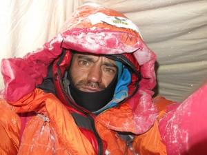 La stanchezza dopo la scalata dello sperone del Mummery Ridge sul Nanga Parbat. nel corso dell'ascesa la compagna di spedizione Elisabeth è finita in un crepaccio dal quale è riemersa.