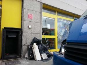 La cassa continua dell'Europsin e il furgone danneggiati dall'esplosione