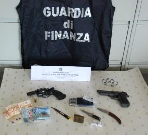 Armi, denaro e altri oggetti ritrovati dalla Guardia di Finanza