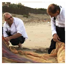 Mario Balsamo e Guido Gabrielli in una scena del film (foto e sinossi dal sito noinonsiamocome jamesbond.it)