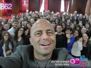 Luca Abete nella facoltà di Economia a Latina circondato dagli studenti