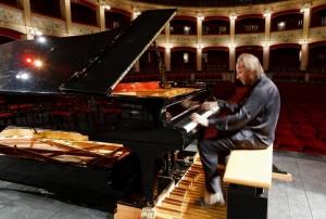 Roberto Prosseda al piano pedalier, lo speciale strumento composto da due gran coda sovrapposti