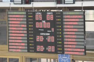 Il tabellone segna la vittoria della Rari Nantes Latina nella storica piscina Scandone di Napoli