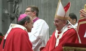 Petrocchi riceve il pallio dei metropoliti da Papa Francesco (foto Il Messaggero.it)