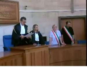 Il giudice Pierfrancesco De Angelis legge la sentenza emessa dopo oltre sei ore di camera di consiglio