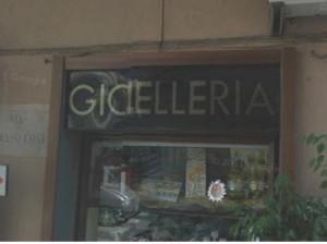 La gioielleria Ciano all'angolo tra Via Vitruvio e Via Costa
