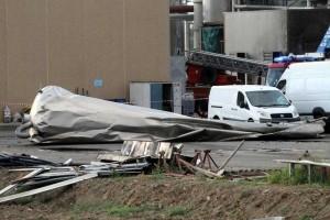 Il silos esploso accartocciato a terra (foto da corriere.it, Ansa, Salvatore Monteverde)