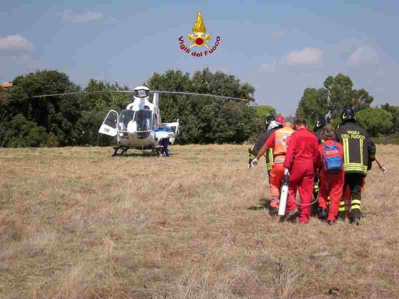 Foto 1 del recupero con l' elicottero da parte dei VV.F. e SAF di Latina del parapendista uomo lanciatosi dalla montagna di Norma con fiamma VF