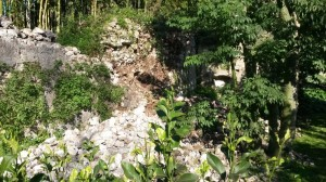 Il muro cinquecentesco crollato nel giardino Rinascimentale di Ninfa