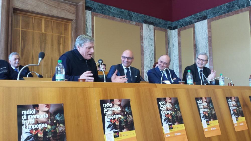 Don Ciotti presidente di Libera nell'aula consiliare del Comune di Latina con il sindaco Di Giorgi