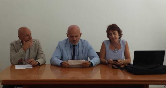 A destra la dirigente del commisariato di Terracina, Rita Cascella