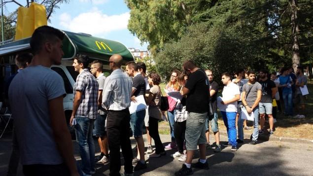 La fila ai Giardini Pubblici per i colloqui di selezione del personale Mc Donald's