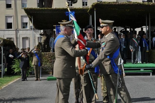 Passaggio della bandiera dal Gen. Alimenti (a destra) nelle mani del Gen. Zontilli (a sinistra)