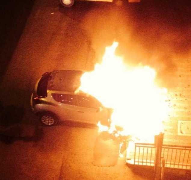La Nissan a fuoco in Via Cavata