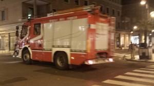 vigili del fuoco autobotte in movimento