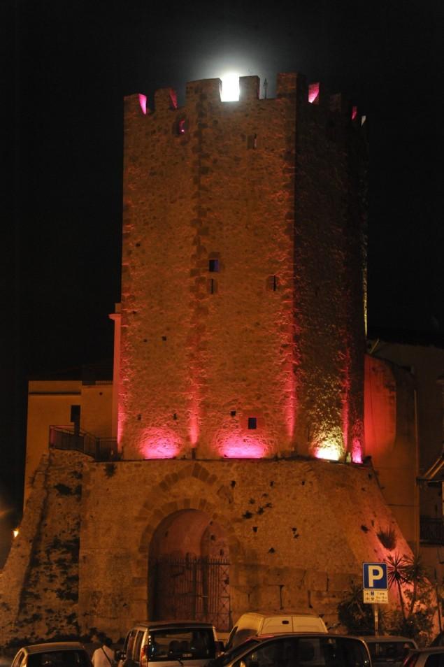 torre di Castellone illuminata di rosa