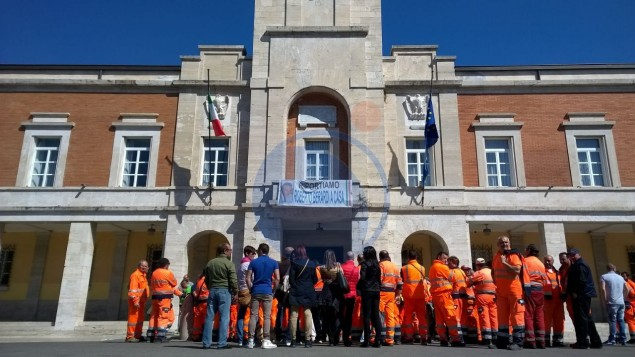 I lavoratori della Latina Ambiente manifestano sotto il Comune