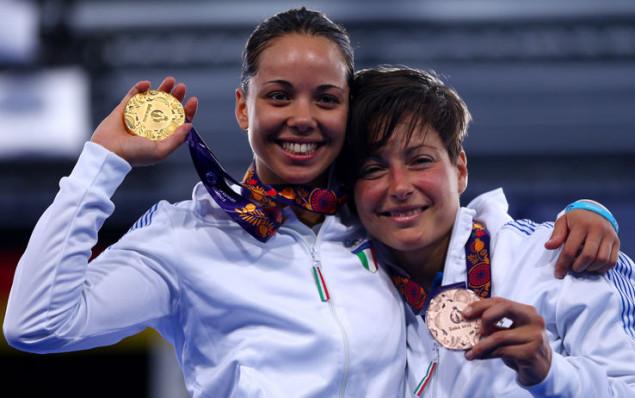 Alice Volpi e Valentina Cipriani con le medaglie d'oro e di bronzo conquistate nel fioretto (Foto: Getty – da: sport.sky.it)