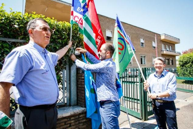 I tre segretari attaccano le bandiere fronte consorzio di Bonifica Latina 2 Luglio 2015 - EdeDPhotos/Enrico de Divitiis/www.provincialista.it