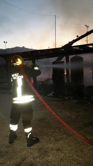 Nella foto lo spegnimento dell'incendio a Ceriara di Priverno, questa notte