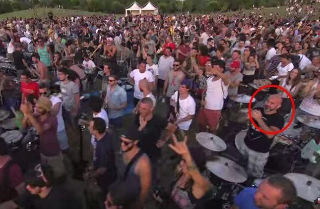 Nel cerchio rosso Carlo Iaccarino, batterista di Latina che ha partecipato al video