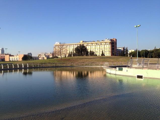 L'ospedale Goretti di Latina e in primo piano il laghetto appena inaugurato di Parco san Marco foto Bruno Mucci