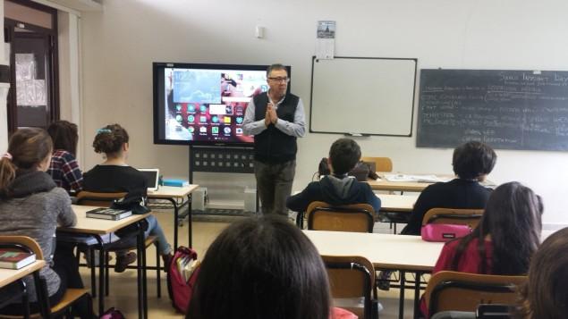 Il professor Massimo Alvisi fa lezione nell'aula 2.0 della Volta