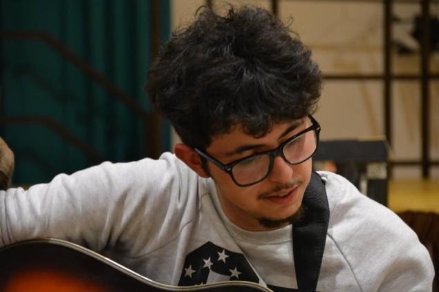 Marco Fino con l'immancabile chitarra, una passione che coltiva come quella dell'attivismo in Libera