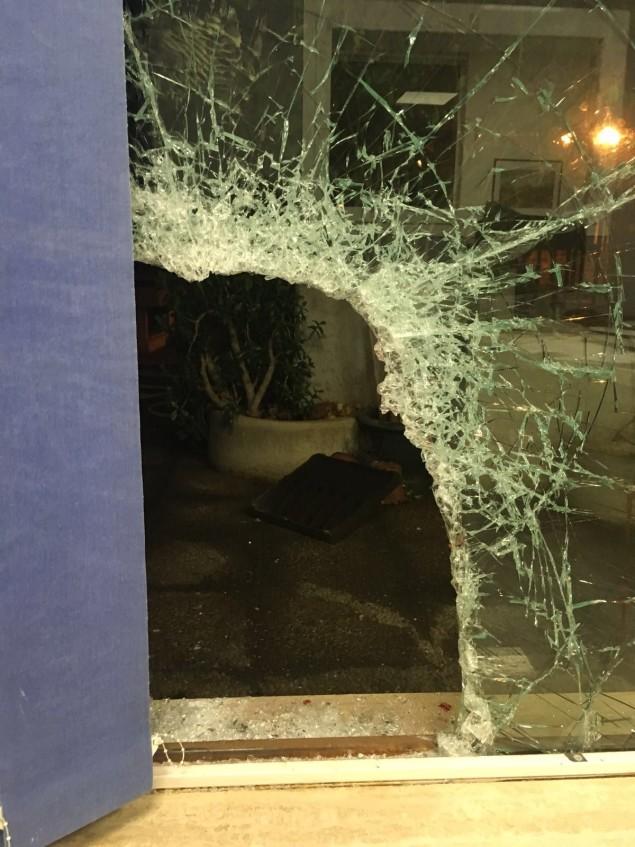 Il vetro infranto dai ladri che si sono anche feriti