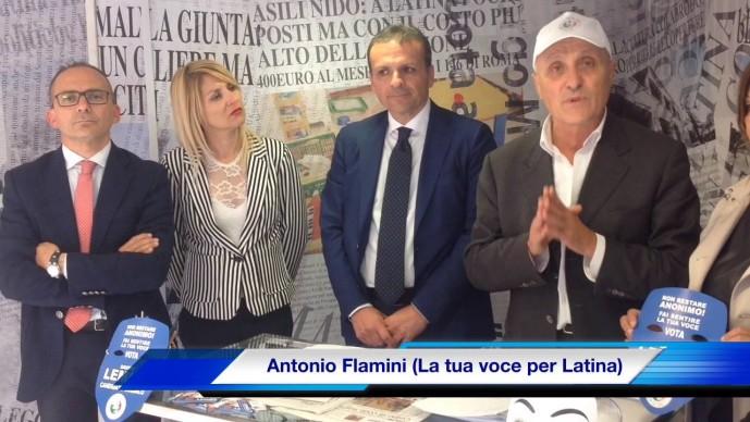 Antonio Flamini a destra con il cappellino bianco