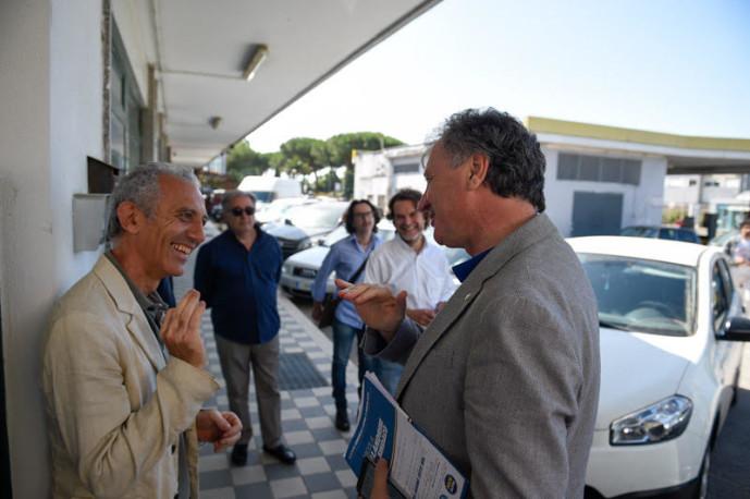 I due candidati scherzano prima dell'Ultimo Confronto fuori dalla sede di Radio Luna