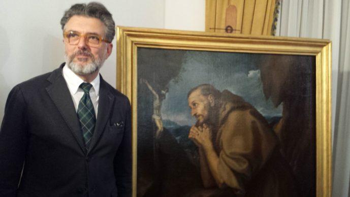 Il critico D'arte Vincenzo Scozzarella accanto al quadro di San Francesco Orante di Girolamo Muziano