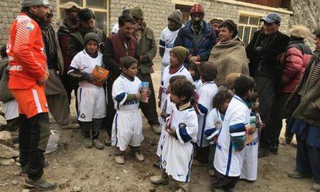 Daniele Nardi con i bambini in Nepal durante l'ultima spedizione